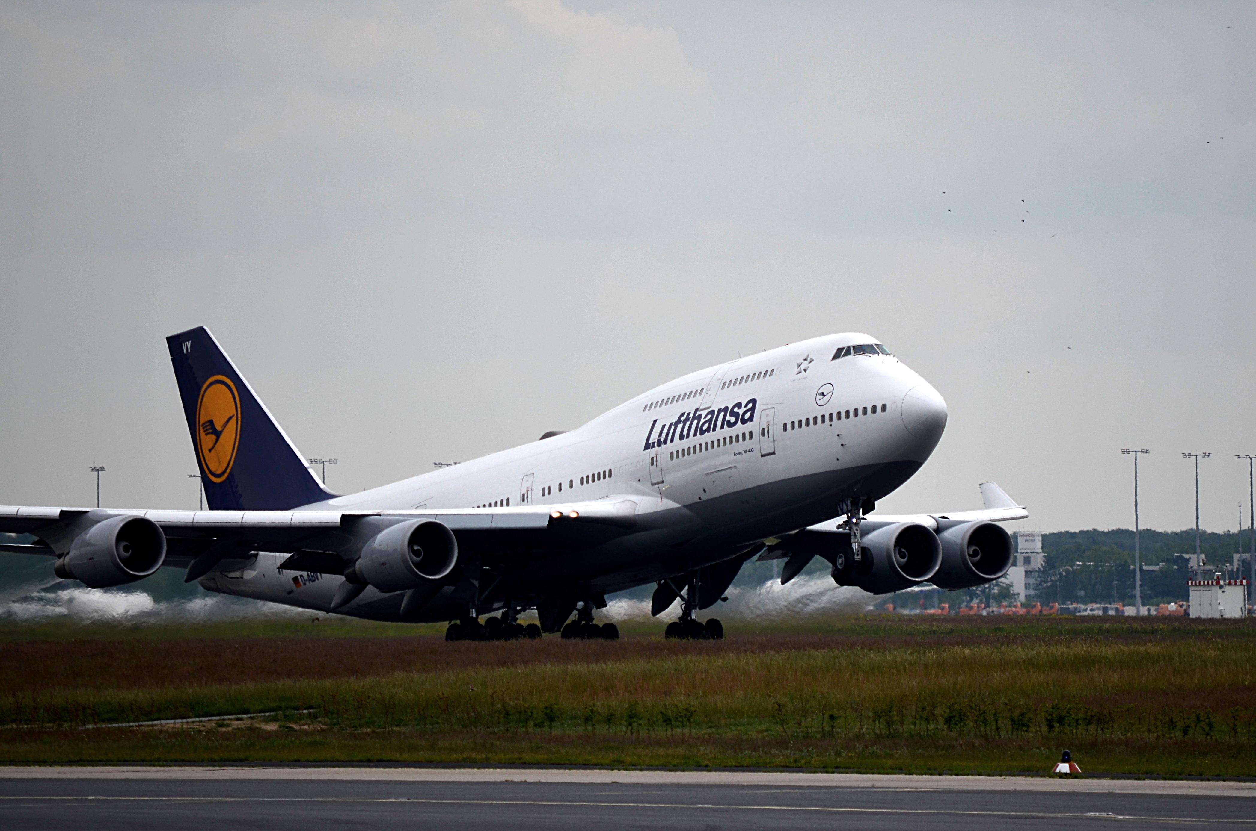 Eine Boing 747 hebt ab Richtung Nordamerika. Frankfurt ist der wichtigste Flughafen für Interkontinentalflüge der Lufthansa.